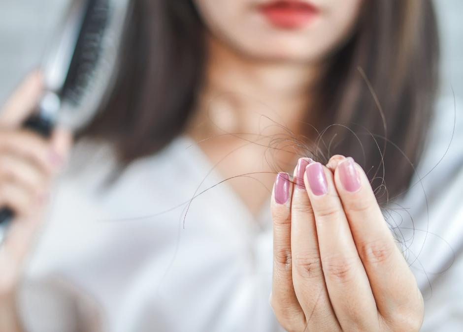 Debilitamiento y caída del cabello. ¿Cuáles son las causas? ¿Y las soluciones?